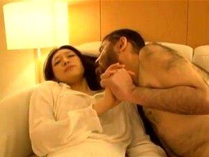 Boneca Asiática Haruka Sasaki Em Acção Sexual Louca. A Haruka Sasaki é Uma Adolescente Simpática De Mini-saia. Ela Está Descansando No Sofá E Alguém Entra E Começa A Beijá-la E Apalpá-la. Ela Acorda E Ela Está Beijando-o Enquanto Ele Gosta De Sua Forma Bu Porn