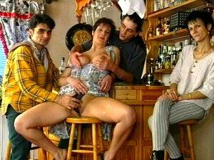 A Puta Da Festa Fodeu à Frente De Uma Multidão Pequena, Está Na Hora De Fechar Na Discoteca E Três Tipos Estão A Falar Com Uma Puta Selvagem.  Têm Estado A Elogiá-la A Noite Toda E A Conversa Tem Ficado Cada Vez Mais Sugestiva.  Um Tipo Faz A Sua Jogada,  Porn
