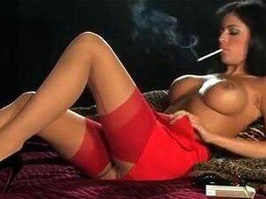Sexy Hawt Breasty Dark Brown De Saltos Altos Fumando E Tocando Porn