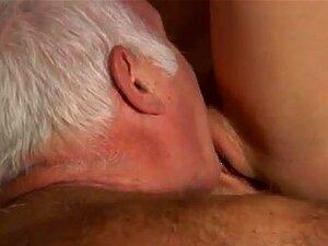 Dois Velhos Jovem Loirinha Linda Tina Está Muito Ocupada No Foda-se O Porn