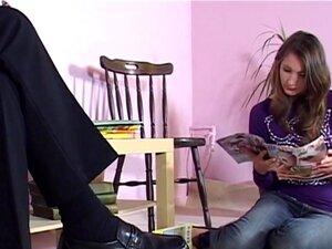 A Adolescente De Saltos Leva Uma Pila Velha. Adolescente Sensual De Saltos Altos Não Presta E Monta Um Velho Idiota Porn