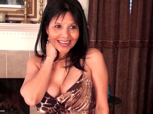 Mãe Latina Com Implantes Maravilhosos Tiras E Fode Um Brinquedo-June Porn