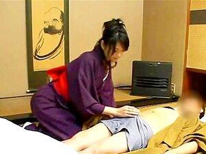 Uma Graciosa Beleza Japonesa Dá Um Carinho CFNM Handjob Porn