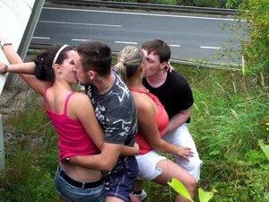 Orgia Sexual Em Grupo Em Público. Duas Raparigas Com Mamas Grandes E Dois Tipos Com Pilas Grandes Estão A Fazer Uma Orgia Pública De Sexo Em Grupo Numa Rampa Na Auto-estrada. Porn
