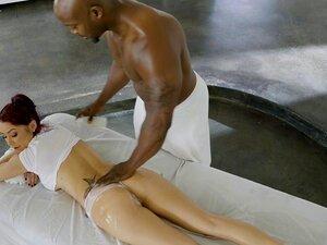 A Miúda Das Massagens é Apanhada Por Dois Negros, A Miúda Das Massagens, A Monique Alexander, é Apanhada Por Dois Negros Que Também A Fodem Neste Trio Inter-racial. Porn