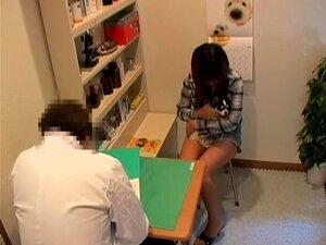 Uma Rapariga Asiática Adorável é Espancada Pelo Seu Novo Médico, Uma Bimba Japonesa Perfeitamente Bonita, Come A Sua Bela Rata E Enche-se De Sémen Neste Vídeo De Fetiche Médico Da Câmara De Espiões E Parece Realmente Fantástico. Ela é Muito Bonita E Fodív Porn