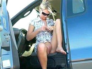 A Breasty Blond A Bater Em Público. A Loira Boazona Gosta De Se Divertir Em Público. Ela Estava No Carro Quando Ficou Excitada. A Adolescente Esfregou-lhe A Rata Doce E As Grandes Mamas Naturais. Porn