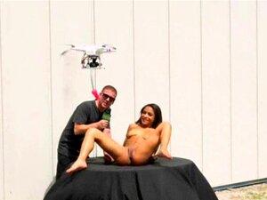 Morena Bonita Fodeu Com Drones Ao Ar Livre. Uma Miúda Morena Muito Bonita A Ser Fodida Com Um Vibrador De Drones No Money Talks Stunt. Porn