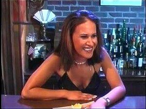 Marrom Escuro Excitado No Bar Deixa Dois Rapazes-amigos Pegarem Com A Língua E Tocarem-lhe O Dedo E Depois Rebentarem Com Eles. Porn