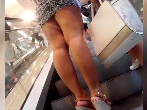 Uma Mulher Deslumbrante Com Um Rabo Gigante Veste Um Vestido Apertado, Notando Uma Linda Bootylicious Babe Em Um Vestido Curto O Nosso Peeper Imediatamente Ligou Sua Câmera E Gravou Uma Filmagem Quente Fumegante Para Mais Tarde Fapping Referência. Porn