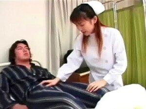 Um Homem Asiático Está Numa Cama De Hospital E Uma Enfermeira Vem De Http:alljapanese.net Porn