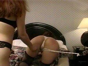 Cadela Atrevida Chupa Um Strap-on Enquanto Assiste Um Cara Porn
