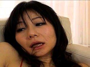 Uma Miúda Oriental Gira Leva Brinquedos Para Sexo Anal. Porn