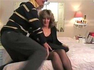 Apresentando Sua Esposa Ao Touro, O Filme Cheio De Luxúria E Luxúria. Na Primeira Cena, O Marido Corno Coloca Sua Esposa Para Black Bull Sentado Em Uma Cadeira. Porn