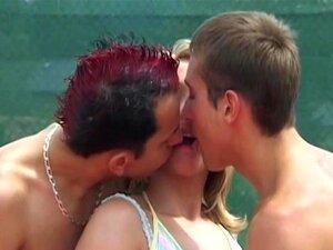 Trio Bissexual Adolescente Ao Ar Livre Porn