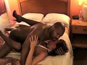 Sexo Anal Inter-Racial. Uma Mulher Branca De Uniforme De Criada Sexy Fodida Por Uma Grande Pila Preta Na Sua Rata Perfurada E No Seu Cu. Porn