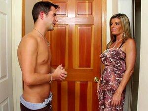 O Faz-tudo Kris Está A Ajudar A Mãe Do Amigo Kristal., Porn