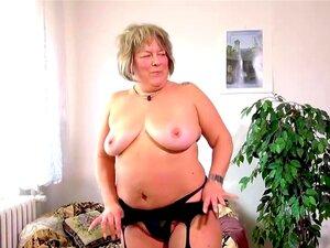 A Velha E Velha Mãe Gorda Está A Brincar Com O Sexo Adolescente E Sextoy Strapon, A Sexy E Louca Avó Está A Divertir-se Com O Sexo Adolescente E Sextoy Strapon. Porn