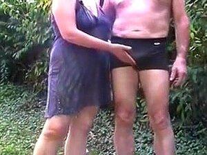 Bati No Rabo Do Meu Marido E Esfreguei-lhe A Pila No Jardim, Vi O Meu Marido Maduro E Eu A Jogar Jogos Sujos No Jardim. Eu Espanco O Rabo Do Homem, Depois Tiro-lhe A Pila Das Calças E Mostro Os Meus Shomicides. Porn