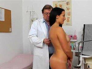 Gyn Envelhecido Médico Se Espalha Jovem Lily Buceta Porn